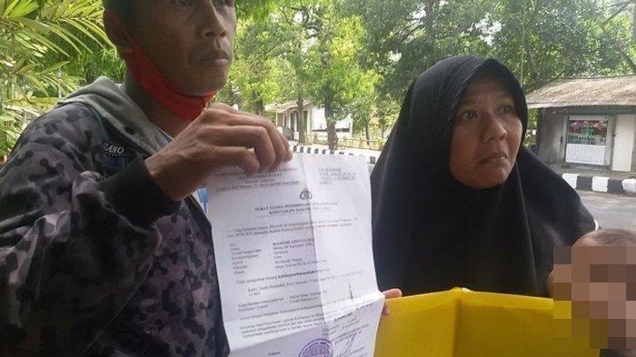 Sudah 6 hari ini Dani (38) berjalan kaki bersama isterinya Masitoh Aninur Lubis (36) menyusuri jalan nasional jalur selatan