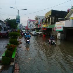 Air di Jalan Sudirman Mulai Menyusut, Tapi Masih Banjir