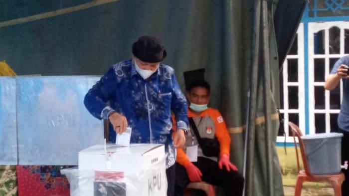 Nyoblos di TPS 01 Desa Pusuk, Target Sukirman Menang Pilkada Bangka Barat