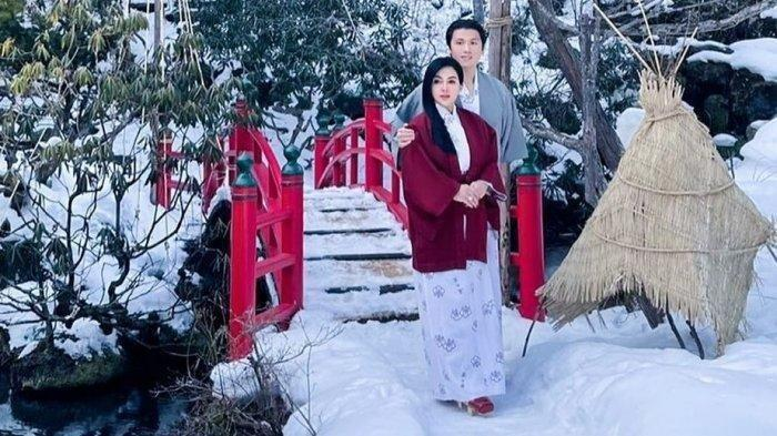 Syahrini dan Reino Barack memakai kimono.
