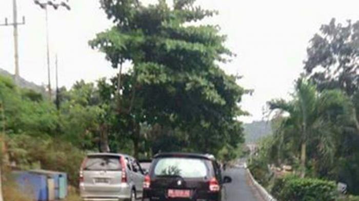 Mobil Pelat Merah Tabrak Pengguna Jalan lalu Kabur