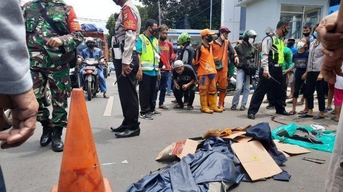 Terjadi Aksi Saling 'Gunting' Sebelum Mobil Innova Polisi ini Tabrak 3 Pemotor di Pasar Minggu