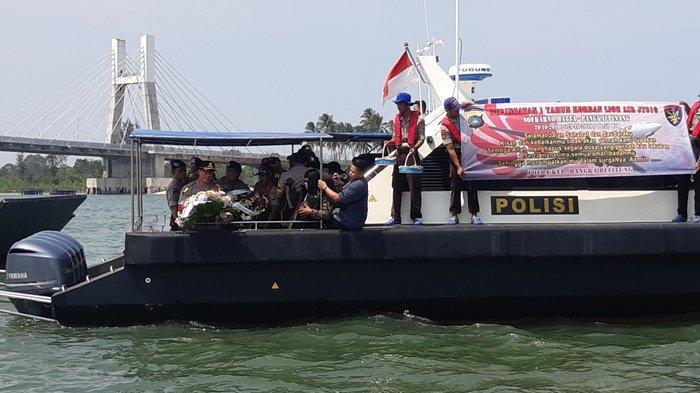Kenang Korban Kecelakaan Pesawat Lion Air, Wakapolda Tabur Bunga di Perairan Sekitar Jembatan Emas