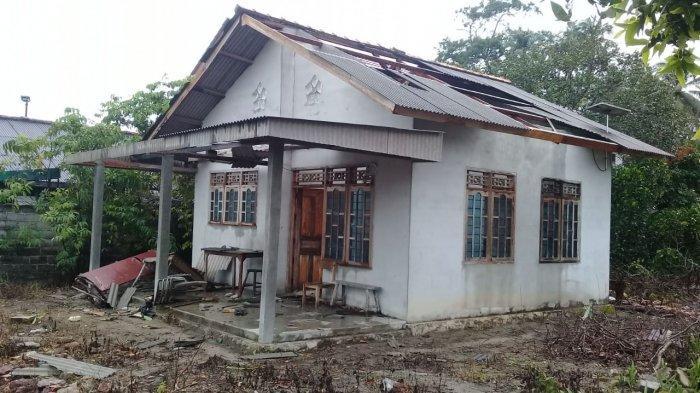 BREAKING NEWS: Belasan Rumah Desa Rebo Sungailiat Disapu Puting Beliung, Termasuk Garasi Kelenteng
