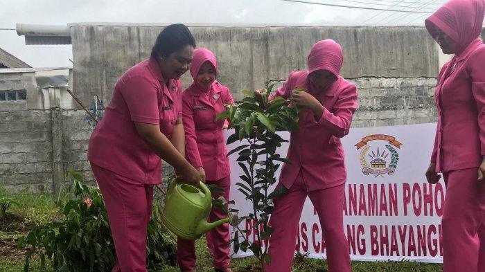 Polisi Tanam 2500 Bibit Pohon Penghijauan di Mapolres Bangka
