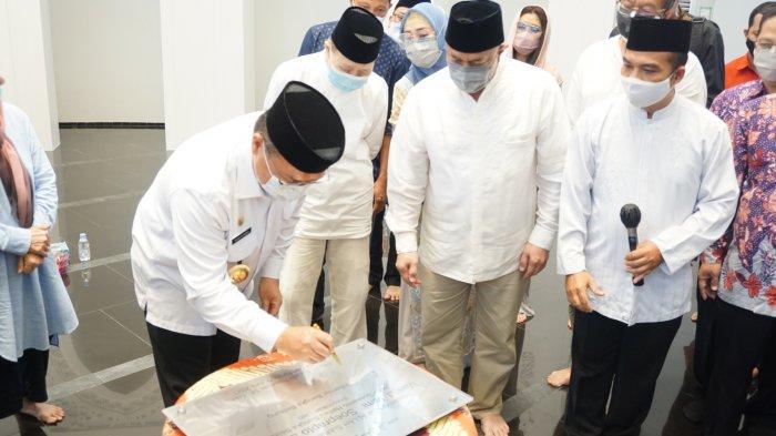 Penandatanganan Prasasti Masjid Soeprapto Soeparno oleh Gubernur Kepulauan Bangka Belitung, DR. H. Erzaldi Rosman, SE, MM