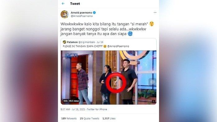Penampakan tangan misterius yang nyembul di antara Chef Arnold dan Chef Renatta Moeloek saat MasterChef Indonesia