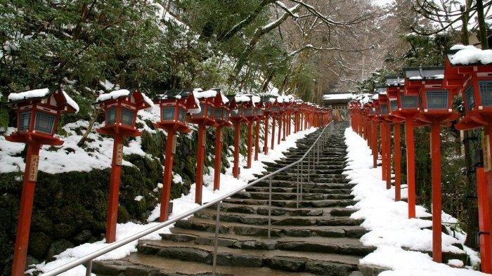 KUIL Gunung Ini Berubah Jadi Tempat Terindah di Kyoto Saat Salju Turun