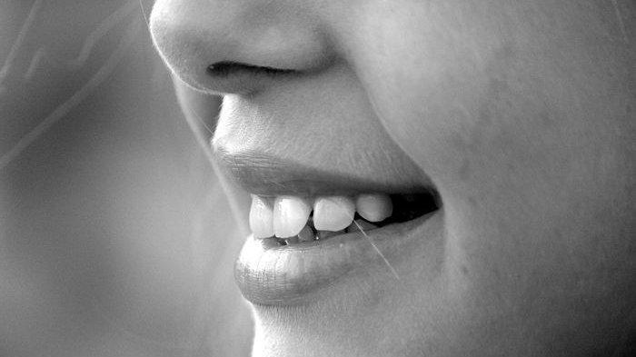 Gigi Kamu Tanpak Kuning? Coba Lima Cara Alami Ini Bikin Gigi Putih Seketika