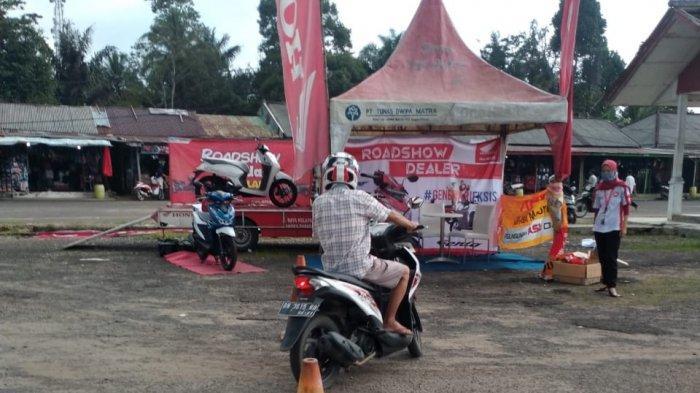 TDM Kelapa - Salsh satu pengunjung evet showroom melakukan ridding test speda motor Honda