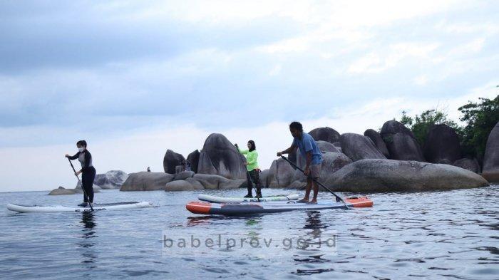Melati Erzaldi Jajal Olahraga Paddle di Pantai Tanjung Tinggi Belitung