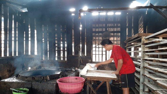Harga Kedelai Naik, Siti Pengrajin Tahu Tempe di Kota Pangkalpinang Tetap Pilih Produksi - tempe1.jpg