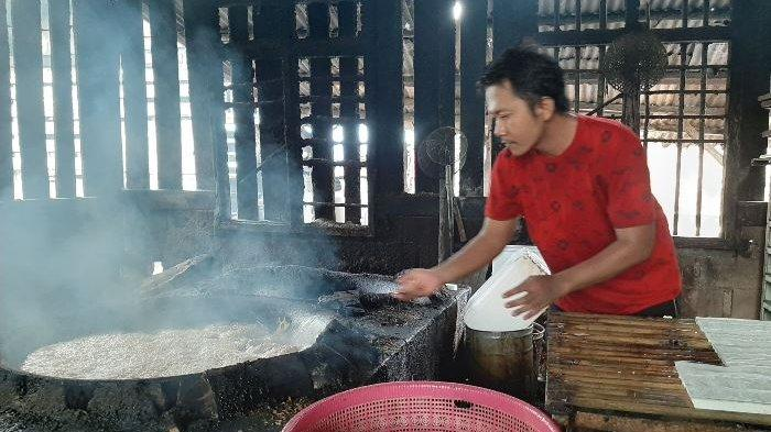 Harga Kedelai Naik, Siti Pengrajin Tahu Tempe di Kota Pangkalpinang Tetap Pilih Produksi - tempe5.jpg