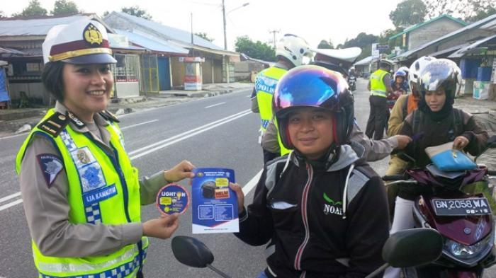 Polisi Tempelkan Stiker di Kendaraan dan Bagikan Brosur