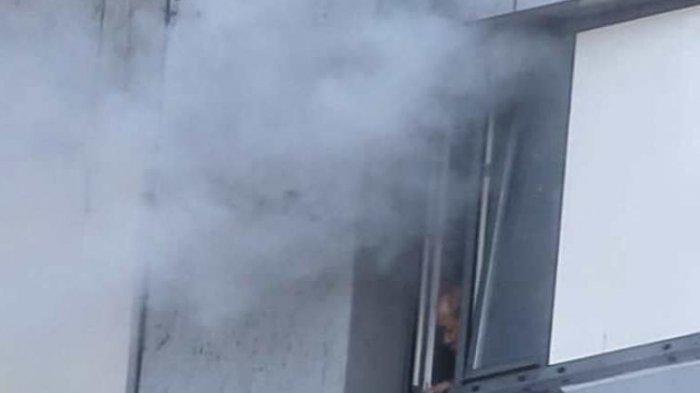 Pria Tua 12 Jam Terjebak di Apartemen yang Terbakar Hebat