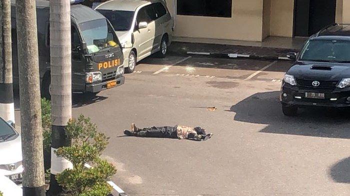 Wartawan Lihat Mobil Pelaku Teror Berhasil Masuk Turunkan Penumpang di Halaman Polda Riau