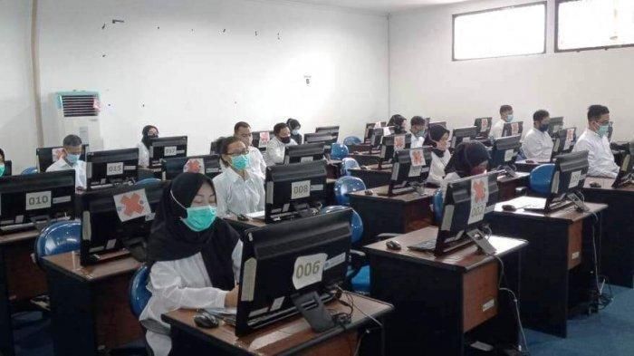 Peserta mengikuti tes seleksi kompetensi bidang (SKB) CPNS Pemerintah Provinsi Kepulauan Bangka Belitung di lantai empat kantor Gubernur Babel, Selasa (8/9/2020) kemarin.