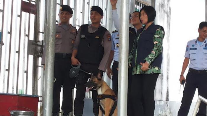 Anjing K9 Berputar-putar Mengendus Sesuatu di Lapas Tuatunu