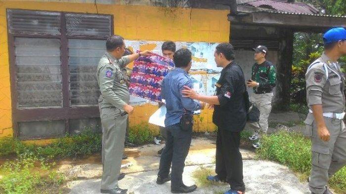Puluhan Stiker Ditertibkan Panwaslu dan Satpol PP Belitung Timur