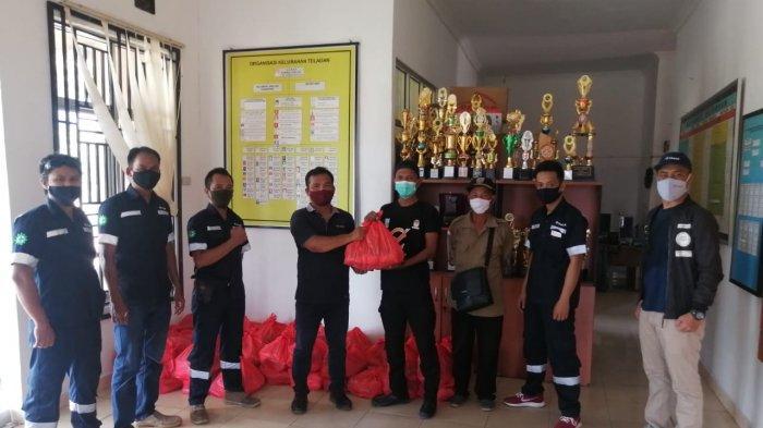 PT Timah Tbk menyerahkan 102 paket sembako bagi masyarakat terdampak bencana angin puting beliung di Kecamatan Toboali, Bangka Selatan, Sabtu (6/3/2021).
