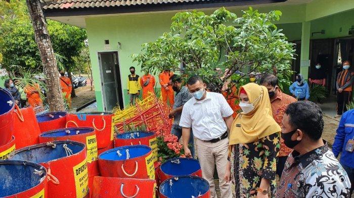 Wakil Bupati Bangka Selatan Debby Vita Dewi menerima langsung bantuan PT Timah