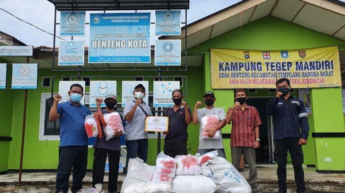 KUB Nelayan Trisa Indah Terima Jaring Udang dari PT Timah