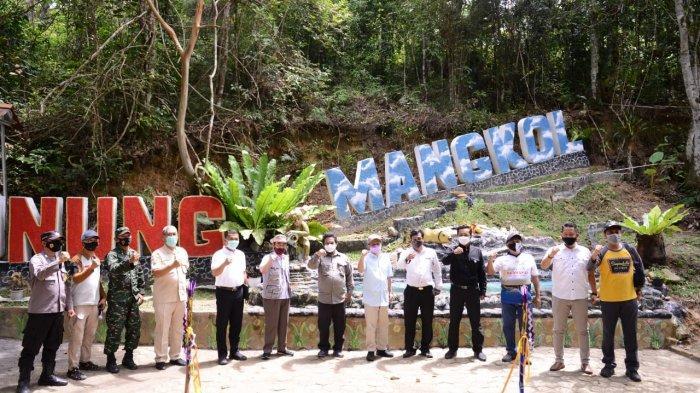 PT Timah Tbk melalui Kelompok Sadar Wisata (Pokdarwis) Desa Terak dan Komunitas Pecinta Alam (KPA) Bujang Squad membangun sarana dan prasana objek wisata Gunung Mangkol untuk menarik kunjungan wisatawan.