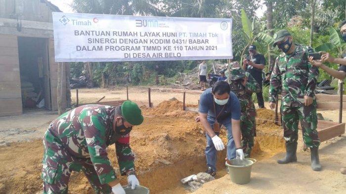 PT Timah Tbk bersama Kodim 0431/Babar melalui TNI Manunggal Membangun Desa (TMMD) ke 110 tahun 2021 membantu merenovasi dua unit rumah warga yang tidak layak huni menjadi layak huni di Kecamatan Muntok, Kabupaten Bangka Barat.