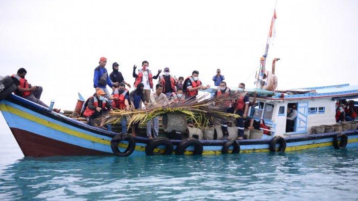 PT Timah Tbk bersama nelayan desa Tanjung Gunung menenggelamkan sebanyak 55 unit rumpon atau rumah ikan di Laut Tanjung Gunung, Bangka Tengah, Rabu (24/3/2021).
