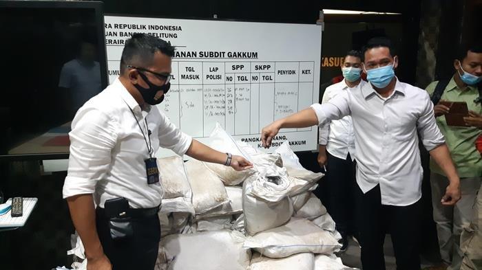 Kasubdit Gakkum Dit Polairud Polda Kepulauan Bangka Belitung Kompol Ade Zamrah menunjukan barang bukti pasir timah yang gagal diselundupkan Senin (2/11/2020)