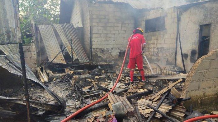 Tim Tanggap Darurat pamadam kebakaran yang disiagakan PT Timah Tbk di Unit Produksi Laut Bangka (UPLB) Belinyu bersama Tripkka terus siaga membantu memadamkan kebakaran yang terjadi di Wilayah Kecamatan Belinyu hingga Kecamatan Silip.