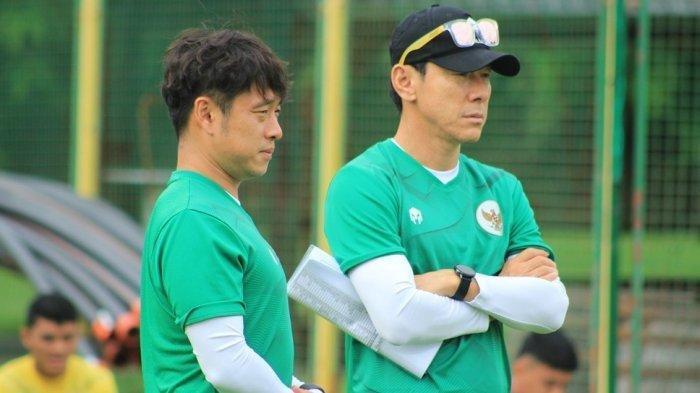 Shin Tae-yong didampingi penerjemahnya Jeje saat memimpin latihan di Kroasia.