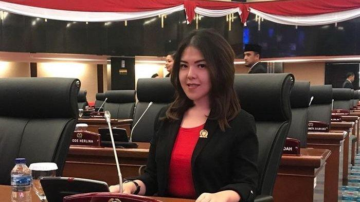 Kece, Gaya Semi Formal Tina Toon Saat terpilih Jadi Anggota Dewan