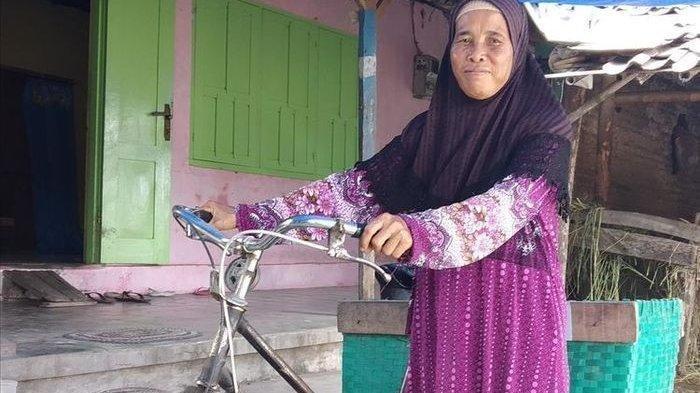 Kisah Inspiratif Penjual Kerupuk Asal Klaten Menabung 5 Ribu Selama 28 Tahun dan Kini Naik Haji