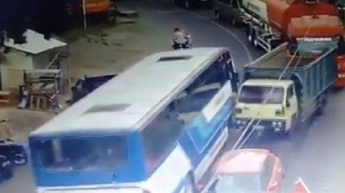 Lihat Videonya! Bus Jember - Banyuwangi Hantam Deretan Mobil, Pengendara Motor Nyaris Tersambar