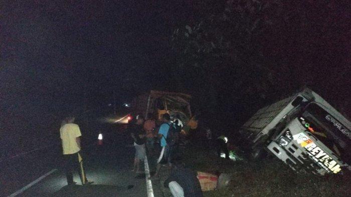 Kernet Fuso Tewas, Sopir Mengantuk Tabrak Truk Parkir di Pinggir Jalan Desa Mayang