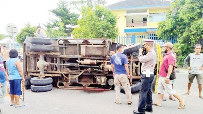 KECELAKAAN BERUNTUN - Truk yang terbalik usai terlibat kecelakaan beruntun di Jalan Soekarno Hatta, atau tepatnya di depan Polsek Pangkalanbaru, Selasa (6/7) sekitar pukul 13.30 WIB.