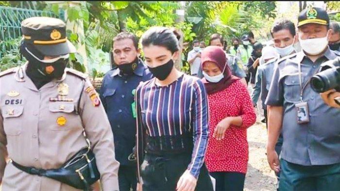 Tsania Marwa saat tiba di kediaman Atalarik Syach di kawasan Cibinong, Kabupaten Bogor, Kamis (29/4/2021)