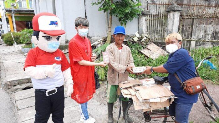 Jelang Perayaan Imlek, JNE Pangkapinang Berbagi Angpao dan Set Tea