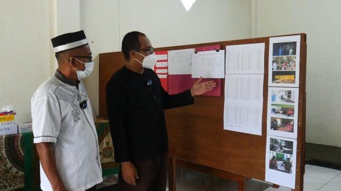 Jubir Covid-19 yang sekaligus Sekretaris desa Mislak, Hajarul Aswad di dampingi kepala desa Mislak, Yuzir AU saat menunjukkan papan informasi dan data grafis Covid-19 di desanya.