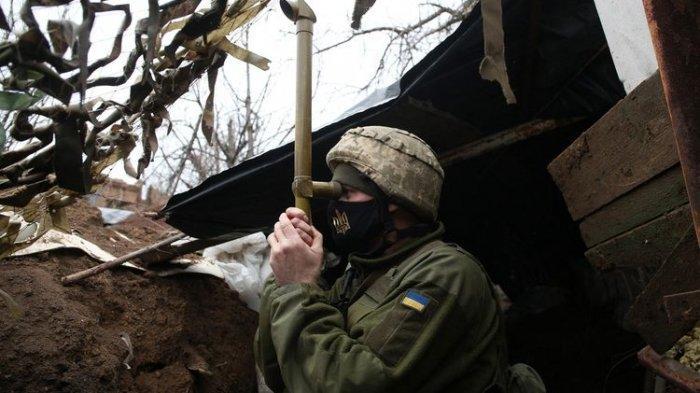 Seorang tentara Ukraina sedang melakukan pemantauan di pos garis depan berhadapan dengan separatis dukungan Rusia dekat kota kecil Marinka, wilayah Donetsk, pada 12 April 2021.