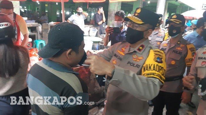 Bagi Masker, Wakapolda Bangka Belitung Salut Warga Dipasar aktif Pakai Masker