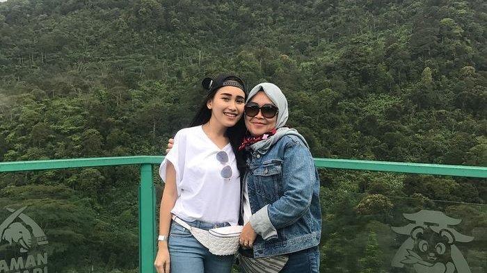 Umi Kalsum Tegaskan Ayu Ting Ting Tak Masalah Berhenti Kerja, Ungkap Putrinya Dekat Pria Bule