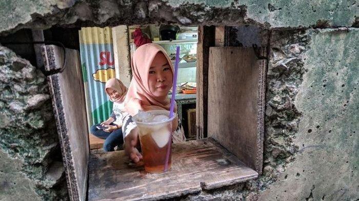 Unik dan Viral, Pemilik Warung Nasi di SCBD Jakarta Selatan Ini Berjualan Nasi Lewat Lubang Tembok