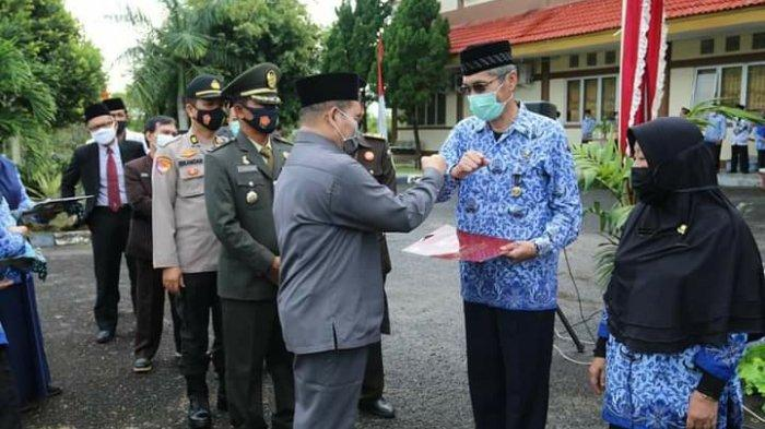 Penyerahan penghargaan untuk para ASN yang telah sekian lama mengabdi di lingkungan Pemkab Bangka Barat