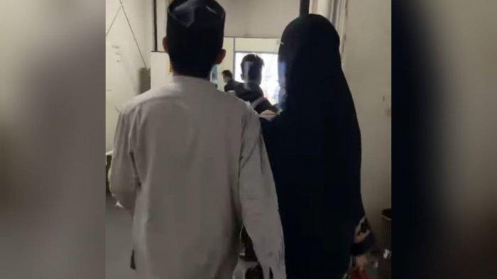 Romantisnya Jihan Salsabila dan Ustadz Syam, Kenal di TikTok Berlanjut ke Pernikahan - ustadz-syam-bergandengan-tangan-dengan-istrinya-jihan-salsabila.jpg