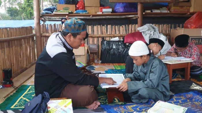Ustaz Guntur Naik Turun Perahu Demi Mengajarkan Ilmu Agama ke Anak-anak Pengkalen Batu Sejak 2017