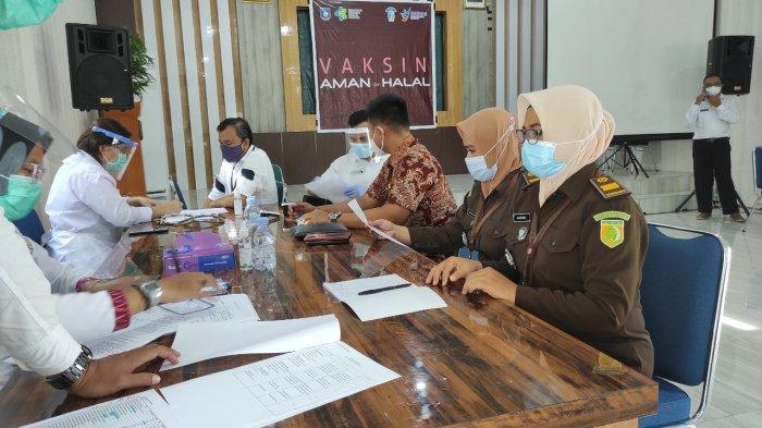 Suasana pendaftaran/registrasi untuk melalui tahapan Vaksinasi yang dilakukan oleh Kejari Bangka Barat
