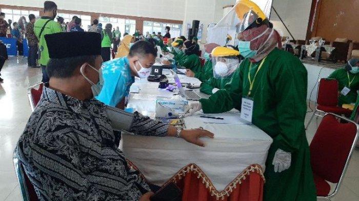 Proses pelaksanaan vaksinasi tahap dua untuk pelayanan publik di Gedung Serba Guna Pemkab Bangka Tengah, Kamis (5/3/2021) lalu.