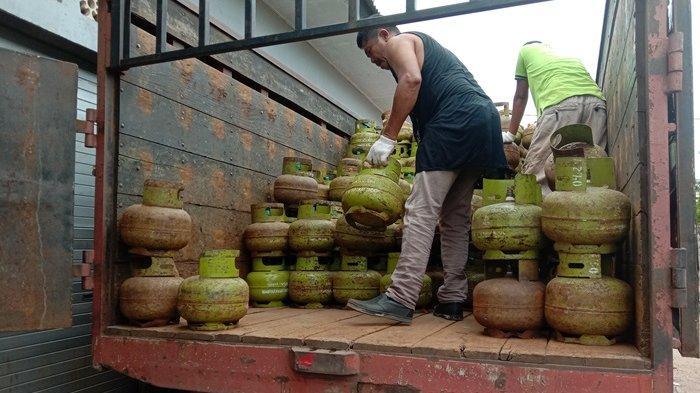 Pendistribusian gas elpiji 3 kg ke pangkalan gas, Kamis (4/2/2021)